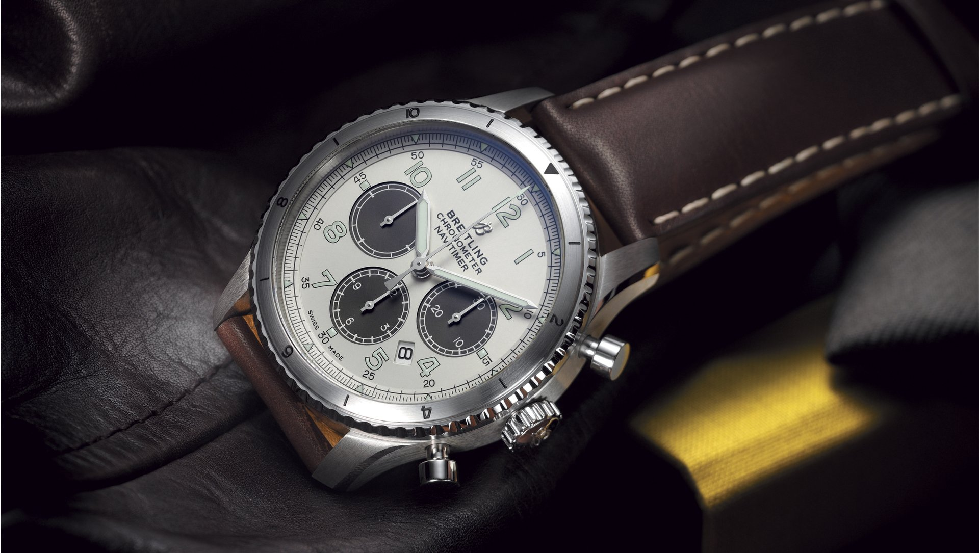 Fitted with the brown leather strap, the limited edition Breitling Navitimer looks gentle and reliable.