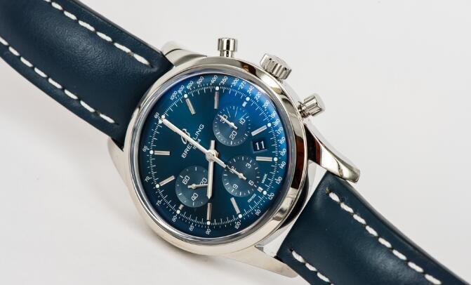 The blue leather strap matches the blue dial perfectly, making it gentle and elegant.