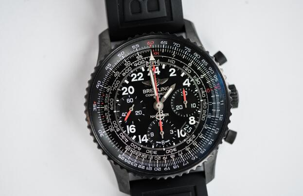 The integrated tone of this Breitling is black, exuding a strong masculinity.